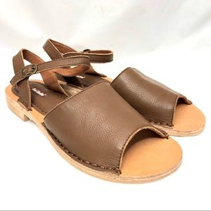 NWOT Gee WaWa All Leather brown sandal size 10M